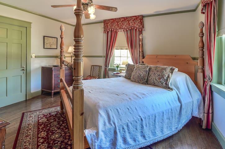 Elegant Queen Room with Gourmet Breakfast - Cedars B&B
