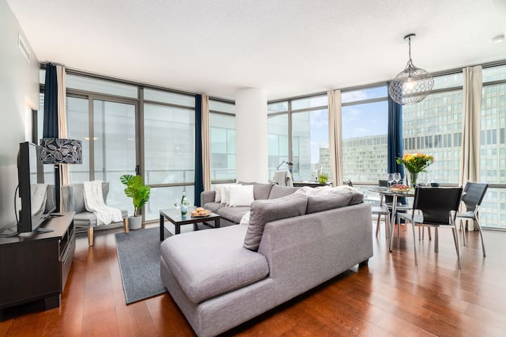 RATE DROP! - Pristine and Clean - Luxurious 2-Bedroom Condo (Downtown Core)