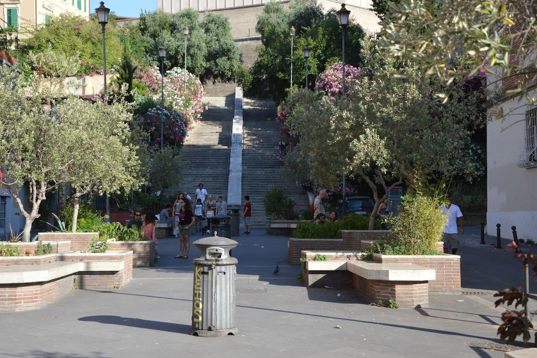 Una caratteristica piazzetta anticipa la scalinata che conduce direttamente alle Mura Vaticane