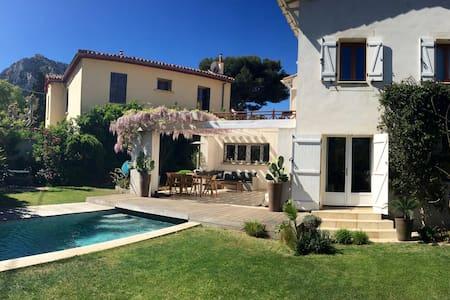 Suite dans une villa avec piscine. - Marseille