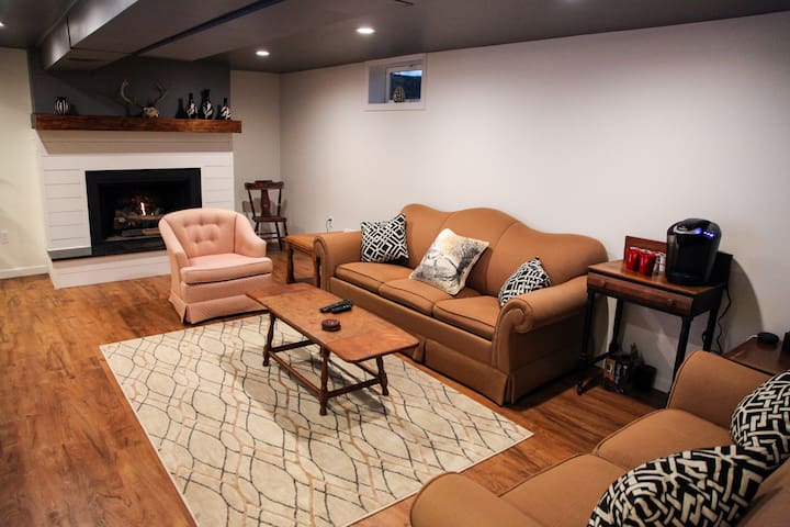 Newly Renovated Cozy Retreat (PRIVATE ENTRANCE)