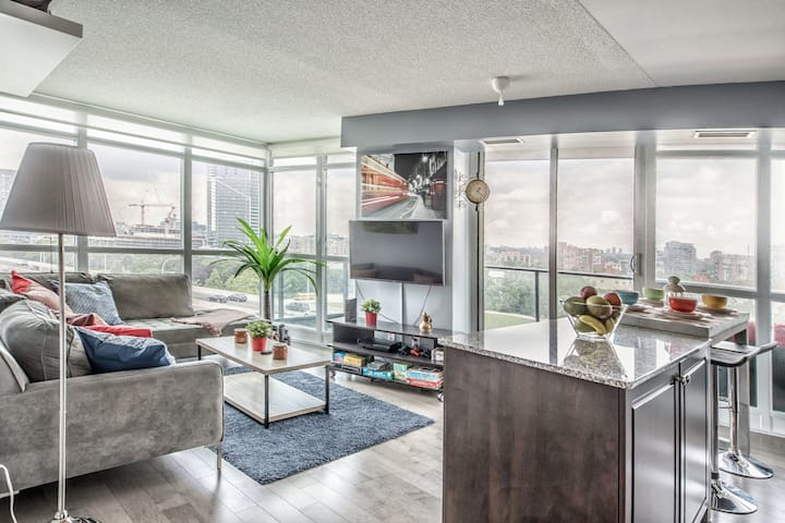 SPECTACULAR DOWNTOWN CONDO  W/ STUNNING CITY VIEWS