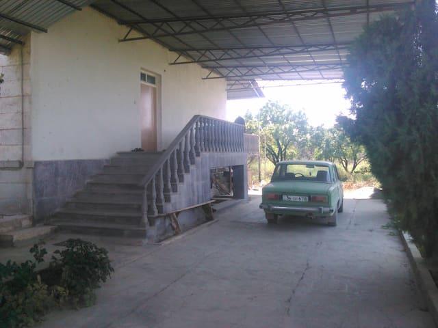Melkon's Stop - Surenavan - House