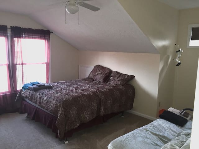 Beautiful queen size bed and futon - Virginia Beach - Casa