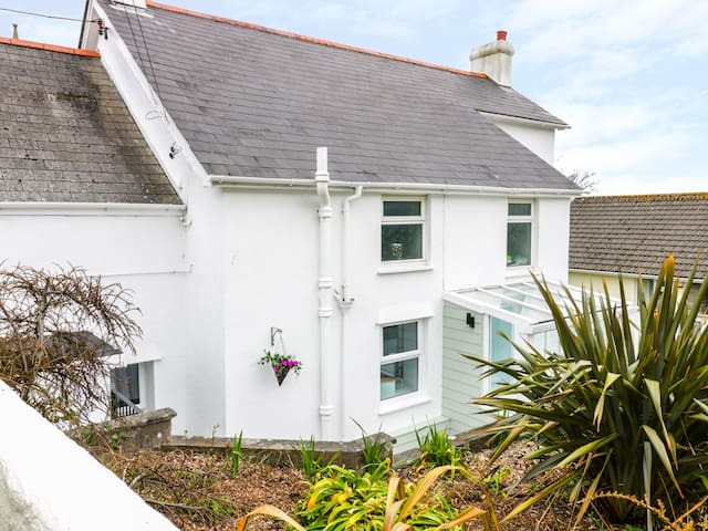 THE HIDEAWAY, pet friendly, with a garden in Hayle, Ref 967018