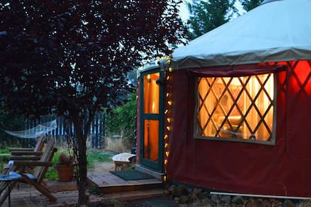 Sunset View Yurt of Applegate Valley with HOT TUB!