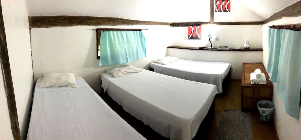 A cabana 6 comporta até 3 pessoas.