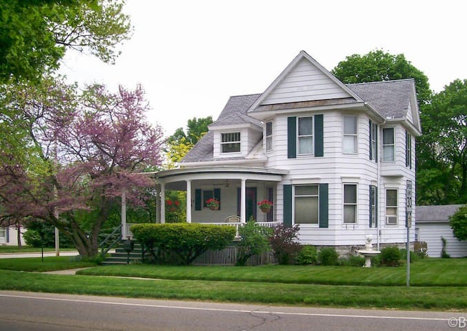 Charming Victorian, 10.5 Miles from Notre Dame