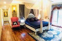 一百多平米超大套件,订制超舒适大床,助你夜夜安睡!