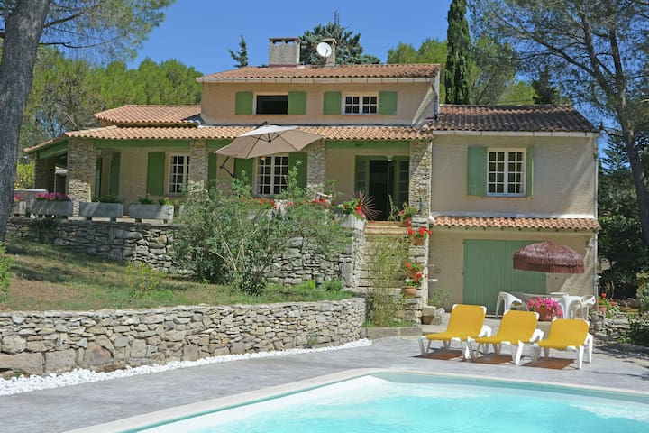 Lush Villa in Beaucaire with Swimming Pool