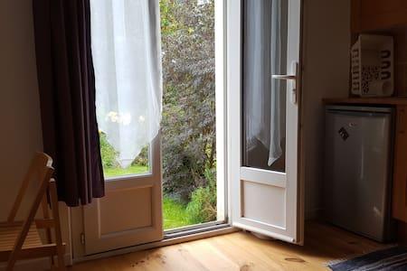 loue studio au rdc de notre maison - Saint-Hernin