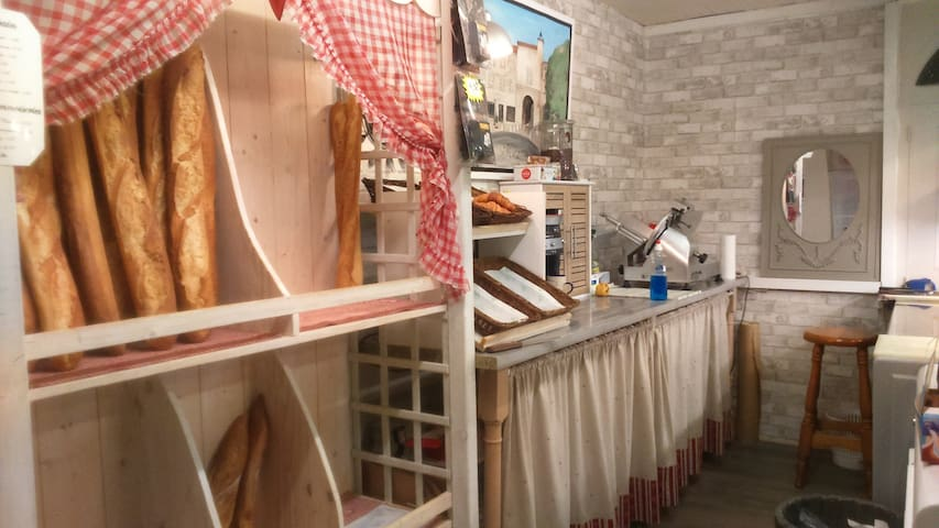 Épicerie multiservices à 20 mètres (dépot de pain, tabac, presse, FDJ...)