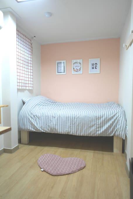 Single bed (length 180cm) 작은 싱글침대 (침대길이 180cm)