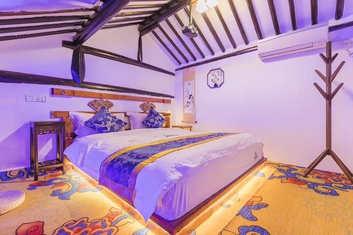 温馨浪漫的小屋,灯光ok,一米八大床,老房子古老的结构一览无遗。有自己性格的一个房间
