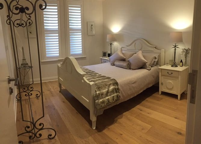 Boutique Luxury Villa rooms on Adelaide fringe - Kent Town