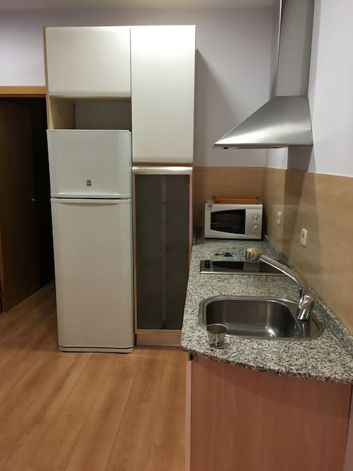 Cocina totalmente  equipada , microondas ,  cafetera , lavadora secadora , tendedero y plancha .