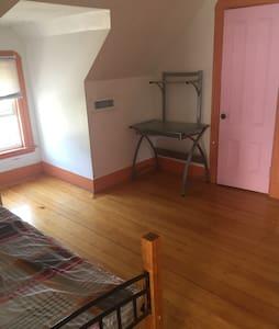 漂亮的小阁楼房间 - House