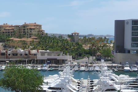 Great location with a wonderful view of the Marina - Condominio