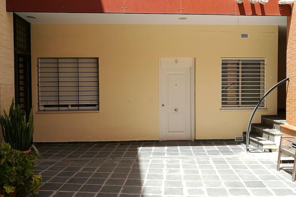 Entrada al apartamento desde el patio de vecinos