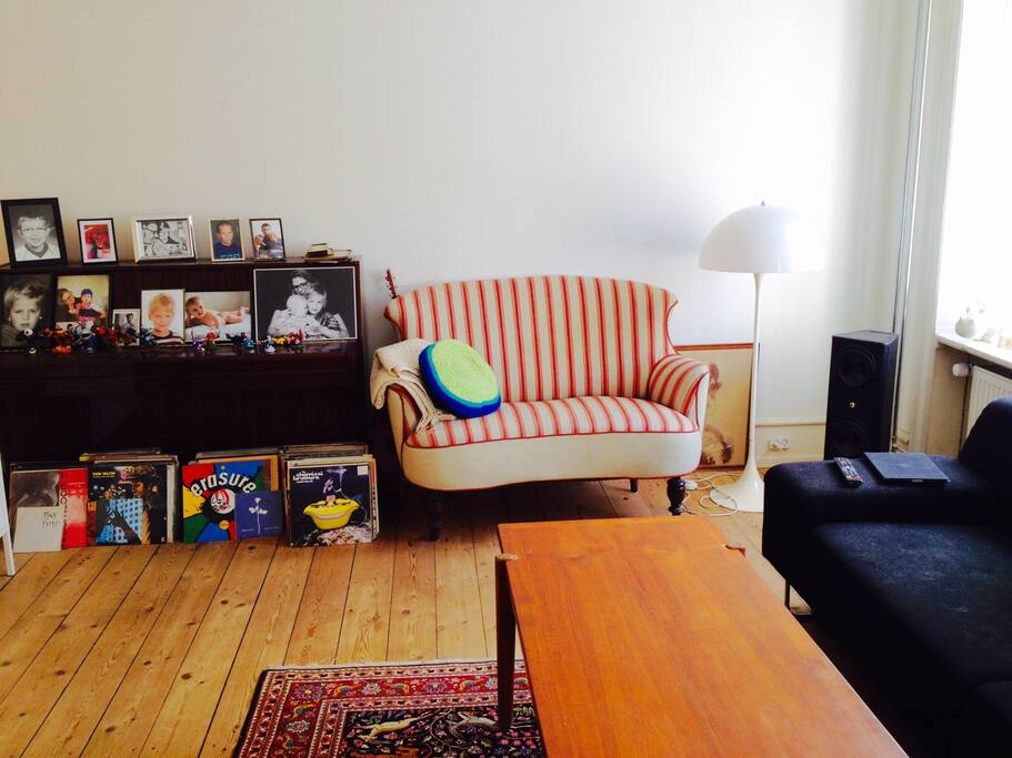Stor lys og rummelig dagligstue  med klaver
