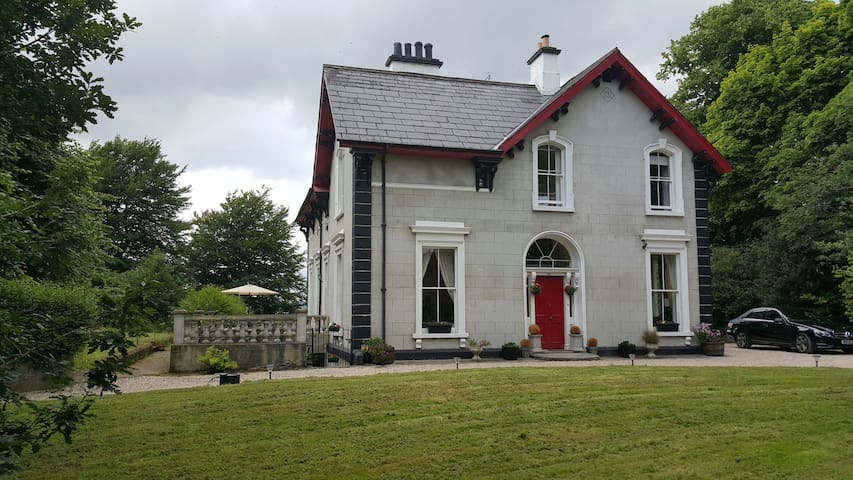 Period House, River & City Views - Londonderry - บ้าน