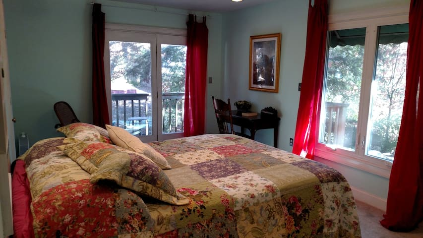 Queen-size bed, with full bath and private balcony - Signal Mountain