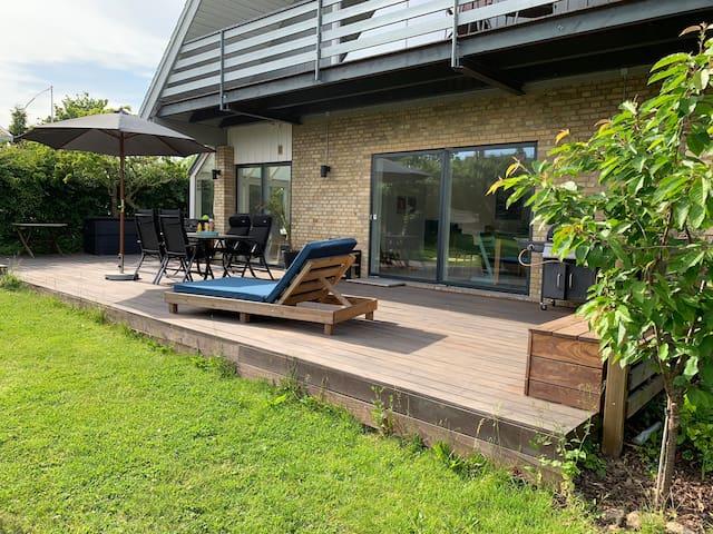 Villa med 90 m2 terasse tæt på by, skov og strand
