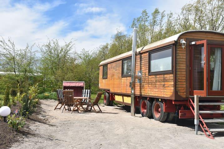 Glücks Zirkuswagen für 4 Personen im Garten