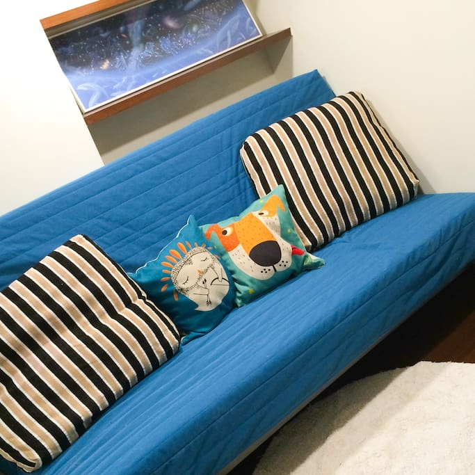 【共同空間】沙發床(展開可睡 2 人)Sofa bed in common room (suitable for 2 people)