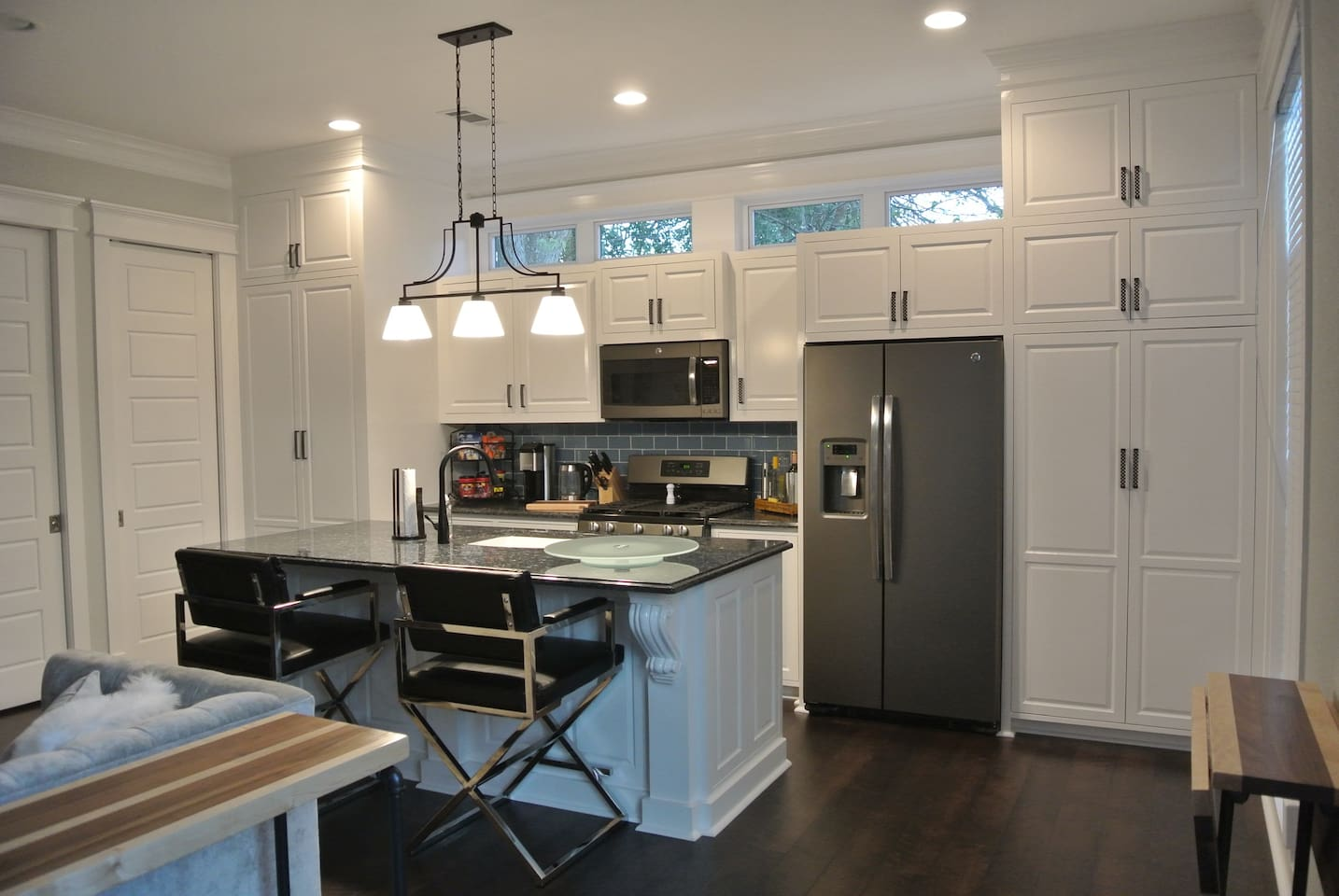 Full Kitchen- Stainless Steel Appliances, 10 ft. ceilings. 12 Miles from NRG stadium, 4 miles to Museum District and 1 mile to downtown.