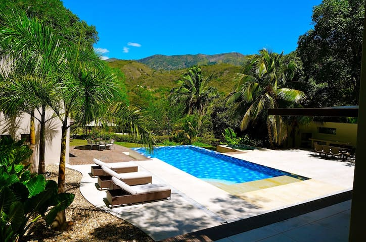 Spacious & Gorgeous Tropical Private Villa! - Apulo - House