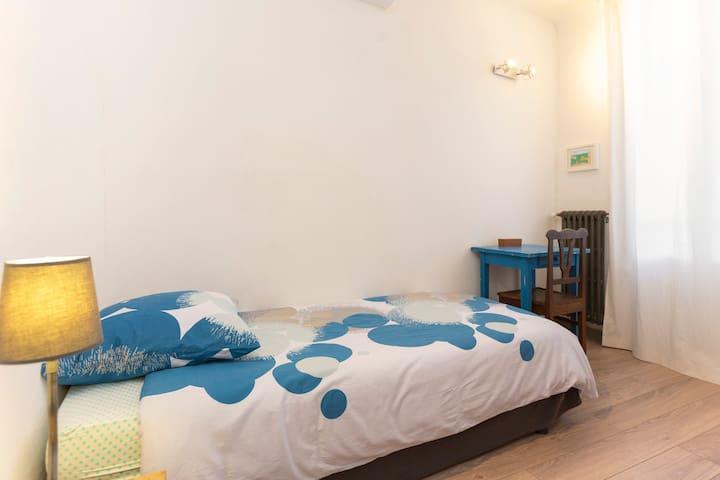 La petite Chambre très lumineuse avec lit 2 places