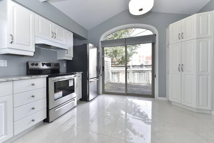 *Rare* Luxury Home w/ Jacuzzi near UWO & Downtown