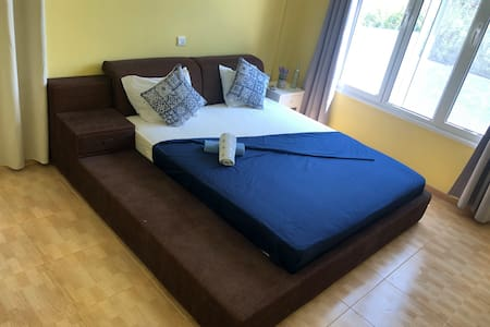 Coral Bay, direct on the beach, privat bedroom