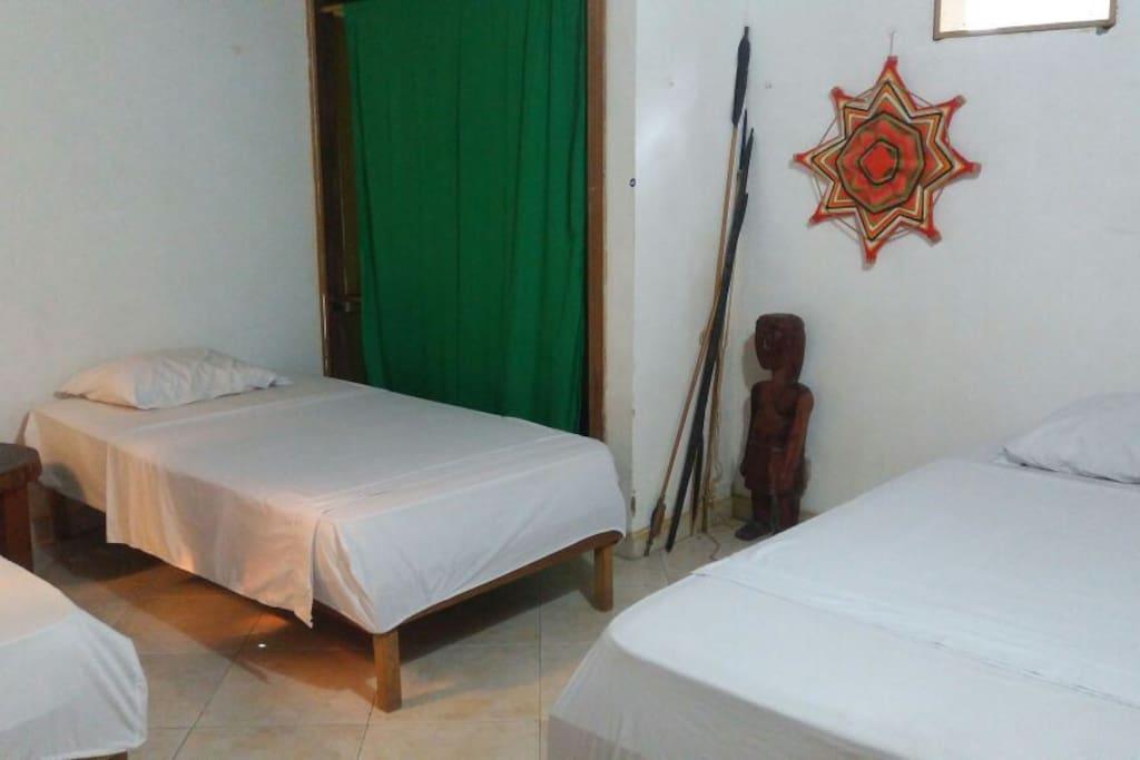 Habitacion de 3 camas baño compsrtido