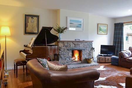 Cosy Cottage + Hot-tub & Log Fire, Coylumbridge