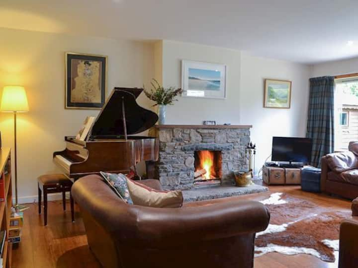 Cosy Cottage with Hot-tub & Log Fire, Coylumbridge