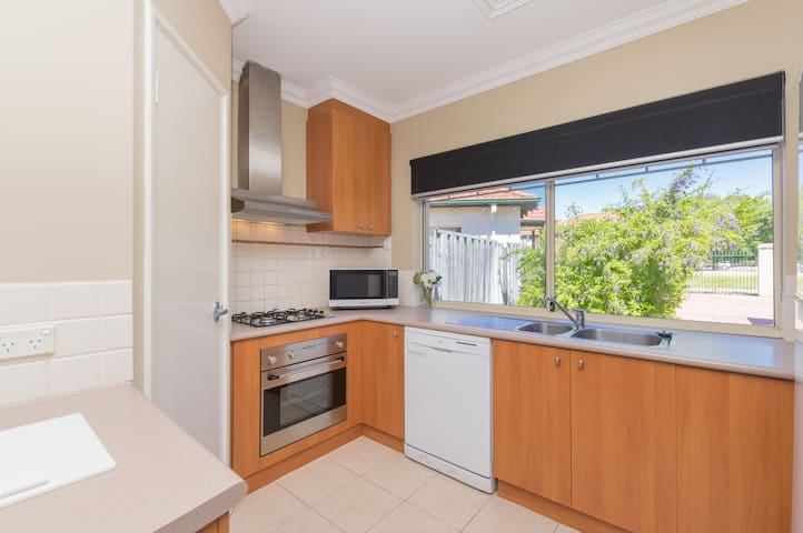 3 BR villa, 11km to Swan Valley & with a pool!