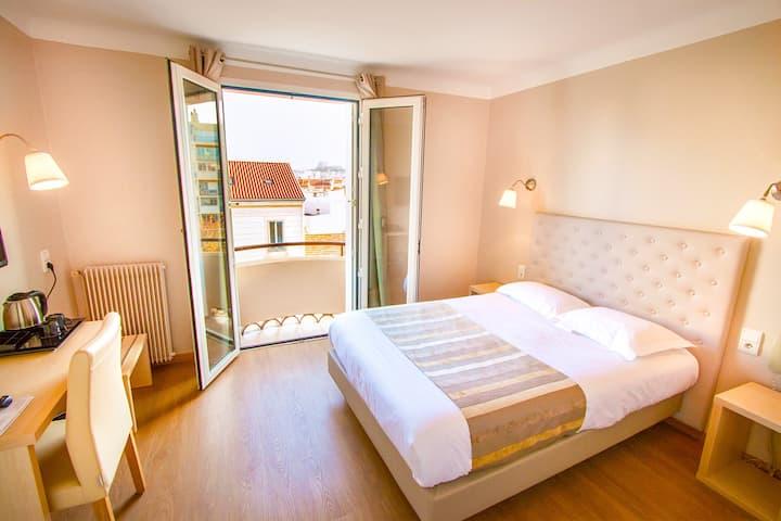 Chambre d'hôtel confortable et spacieuse