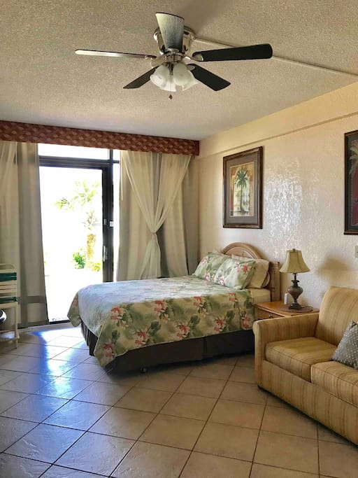 Oceanfront 1st floor with queen size bed and queen sofa sleeper Newly painted studio
