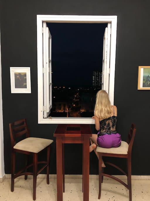 Foto cortesía de Michal Vrba Veronica en la ventana descubriendo los secretos de La Habana
