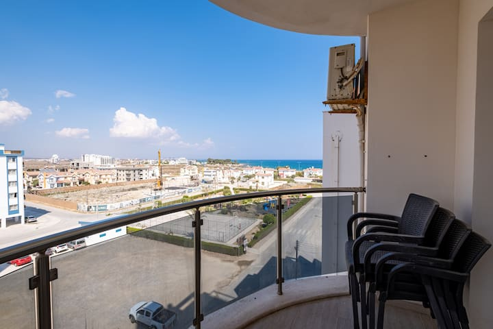 Spacious 2 Bedroom Apartment Looking Out To Sea !