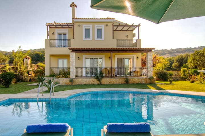 Villa Dafnihas been built as luxury holiday homes right above the village of Gerani near Rethymnon. It is located on a slope above the village.