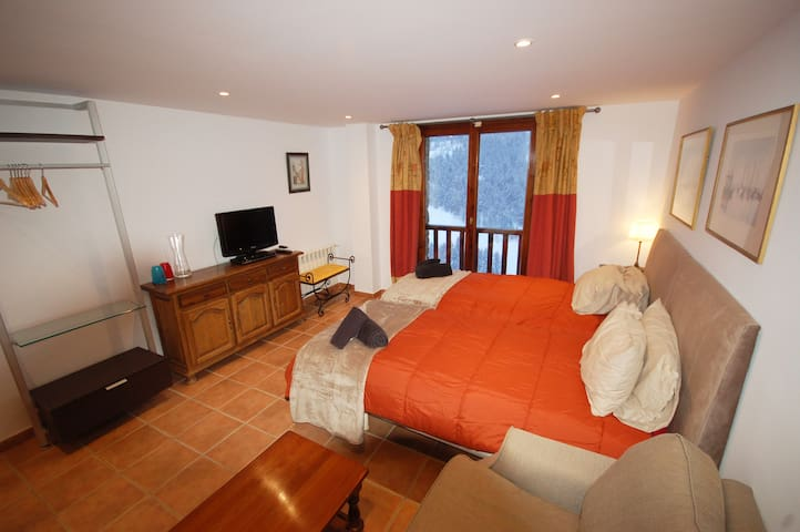 Ski apartment for two in the heart of Soldeu
