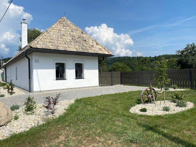 Biely domček so záhradou v malej obci Devičie