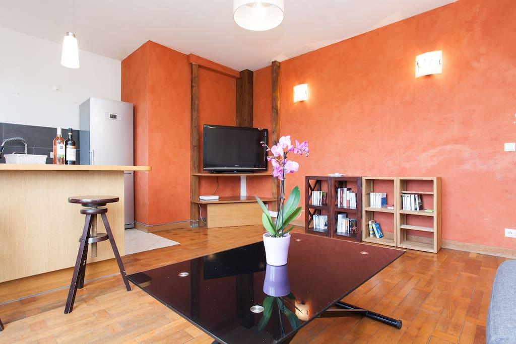 La table de salon s'ajuste en hauteur pour pouvoir déjeuner ou diner