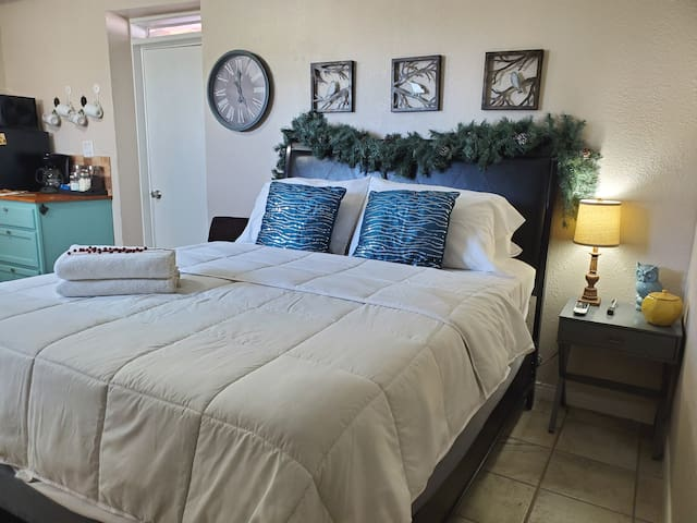 PRIVATE Detached Guest Suite (w/breakfast)