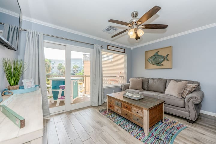 PERMANENT LAYOVER! Relax at this1BR/1BA overlooking the pool. Accessible balcony