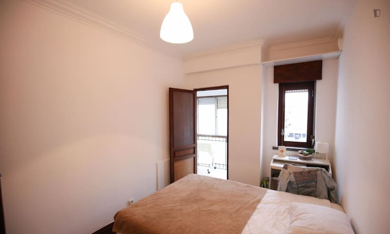 independent room/varanda/10m beach/train/surf/bike