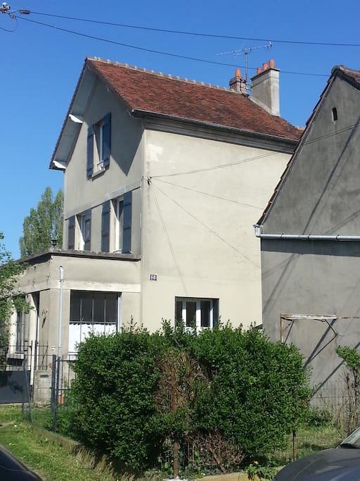 Maison située en retrait de la rue